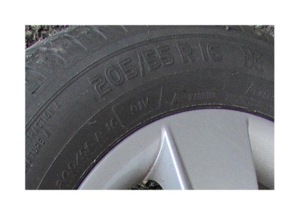 Die Reifengröße finden Sie auf dem Reifen oder auf dem Fahrzeug-Typenschild.